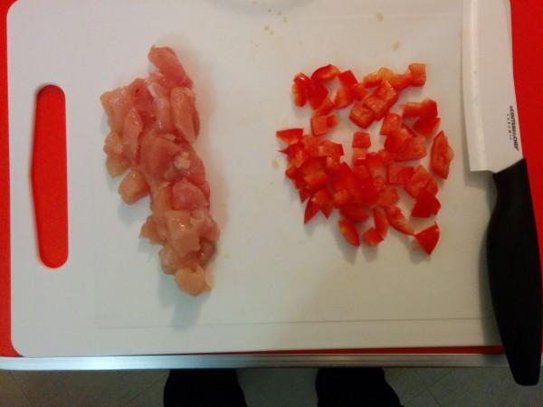 Poivron rouge et poulet coupés